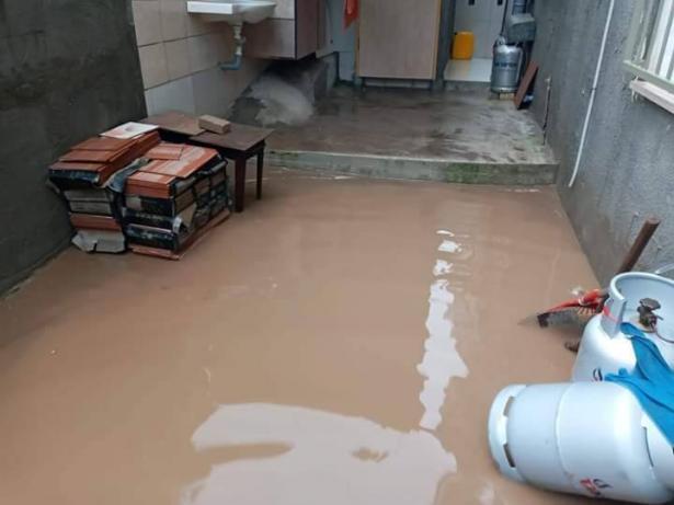 تخليص مسن في شفاعمرو امس بعد أن حاصرت مياه الأمطار منزله