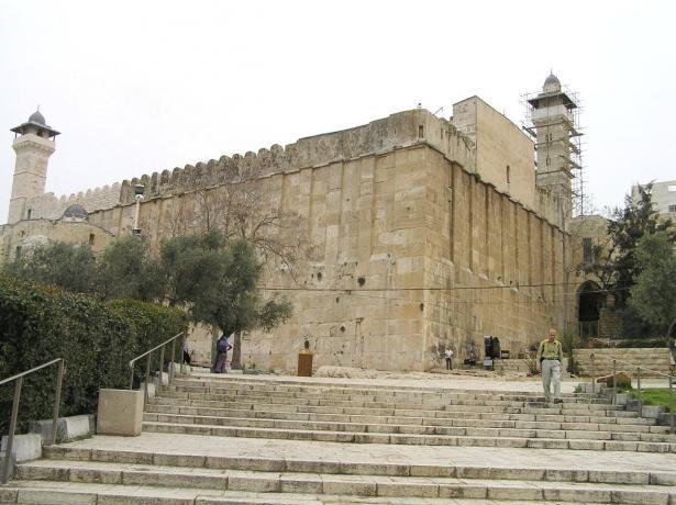وزير الدفاع يعطي الضوء الأخضر لبناء حي يهودي جديد في الخليل