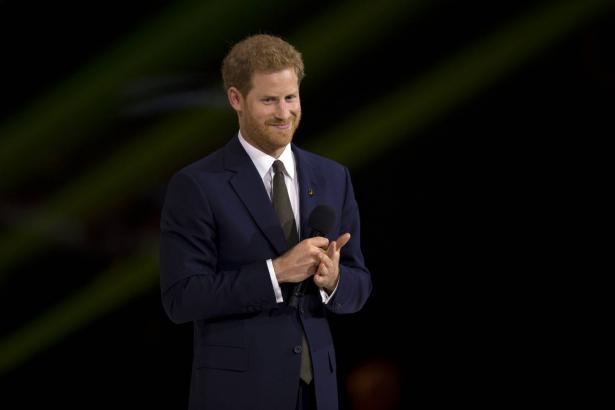 لماذا قرر الأمير البريطاني هاري وزوجته التخلي عن مهامهما كعضوين في العائلة الملكية والعمل لتحقيق الاستقلال المالي