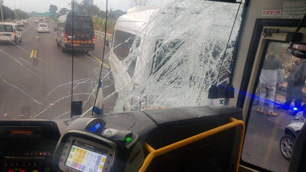 حادث طرق بين حافلة وحافلة صغيرة على شارع 2 يسفر عن اصابات لعمّال
