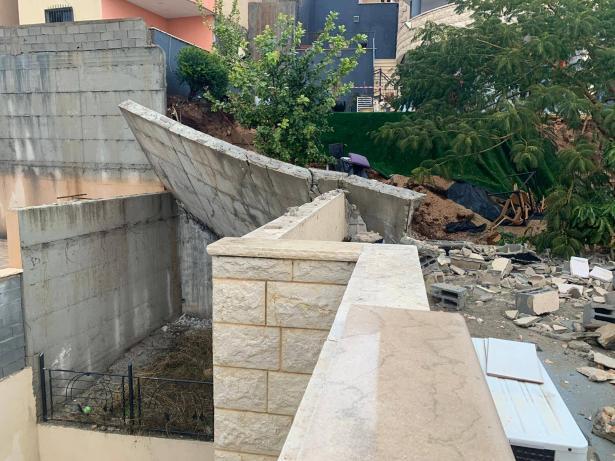 انهيار جدار ضخم وسقوطه على منزل في كفرمندا