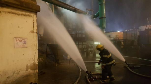 السيطرة على حريق شبّ قي احد مصانع الزيوت في ميناء حيفاء