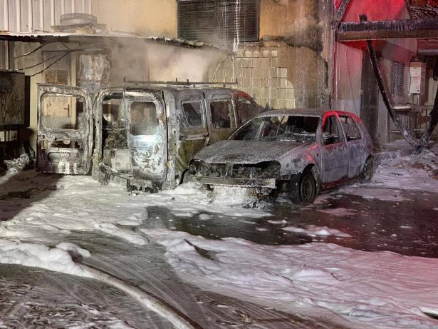 حريق يلتهم مركبتين في جلجولية وتحقيق باحتمالية الحريق العمد