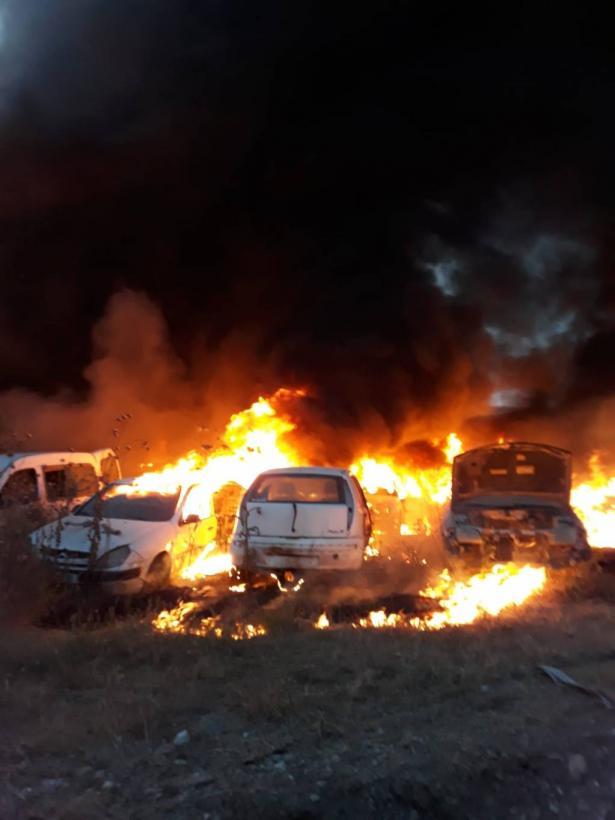 مستوطنون يحرقون مركبتين ويخطون شعارات عنصرية في قرية فرعتا غرب نابلس