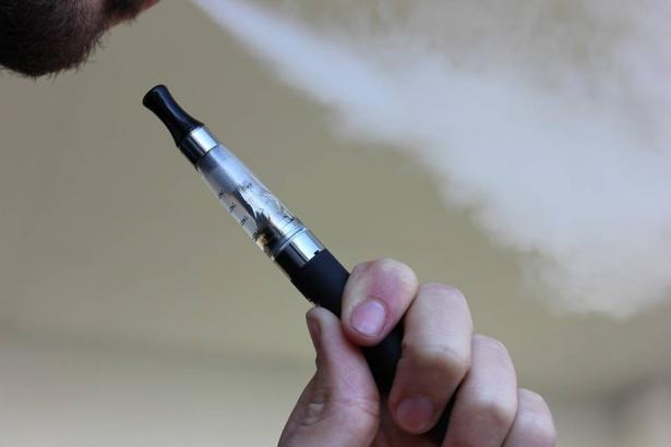 عادة تدخين السجائر الالكترونية واضرارها
