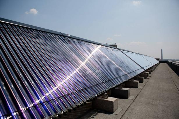 قرار يلزم المقاولين بمنع استخدام السخان الكهربائي بهدف البدء باستخدام الطاقة الشمسية