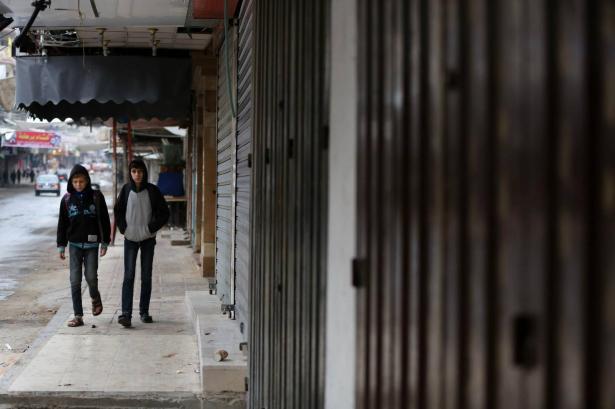 غزة: اضراب شامل ورفع اعلام سوداء رفضا لصفقة القرن