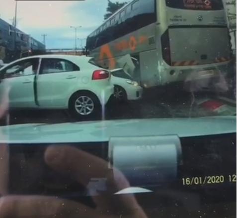 توثيق لسائق حافلة يفقد السيطرة ويصطدم بعدة مركبات في نتانيا