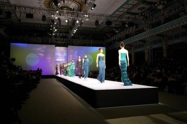 مصممة النسيج عرين حسن من المشهد تحصل على جائزة خلال عرض مشروعها في ألمانيا