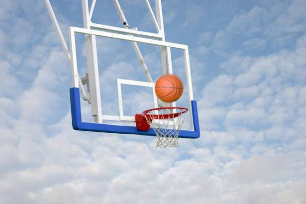 منير ابو عرب يتحدث للشمس عن مميزات رياضة كرة السلة