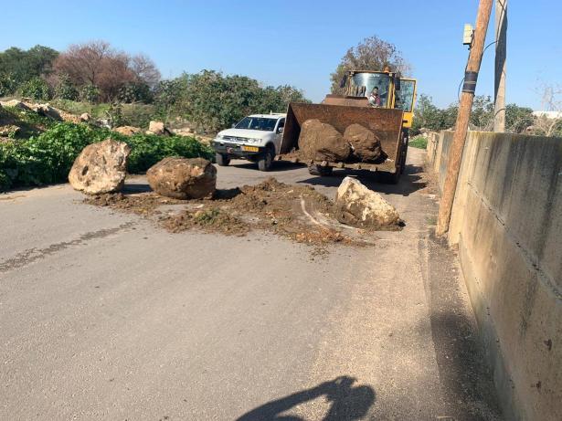 بأمر من الشرطة:  إغلاق مداخل حي س.ح في اللد بالحجارة والقوالب الاسمنتية
