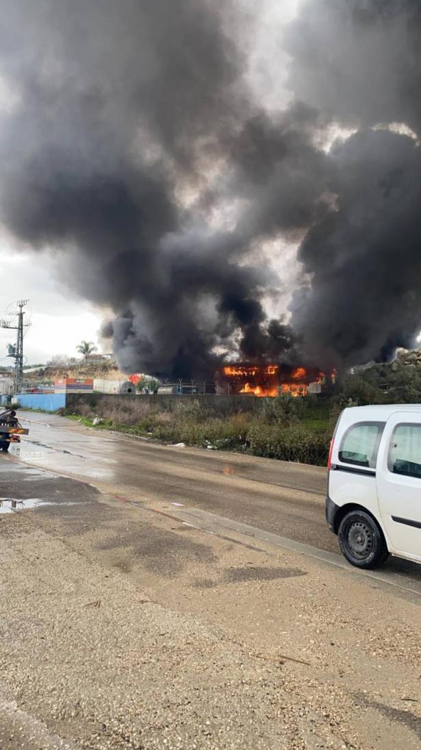 شاهد: اللحظات الأولى لاندلاع حريق هائل في مصنع بطمرة، و4 مصابين بصورة خطرة