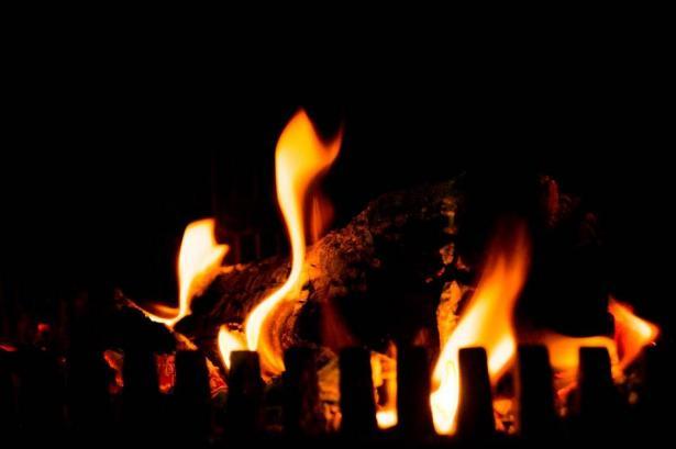 مستوطنون يحرقون صفا دراسيا ويخطون شعارات عنصرية في مدرسة عينابوس جنوب نابلس