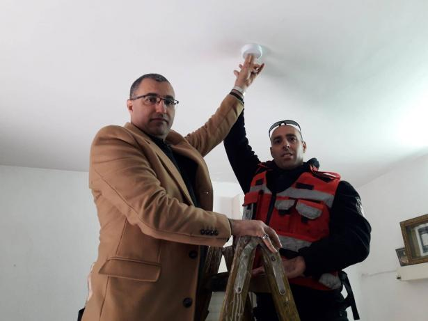 كفركنا: تركيب أجهزة كشف الدخان في منازل مسنين