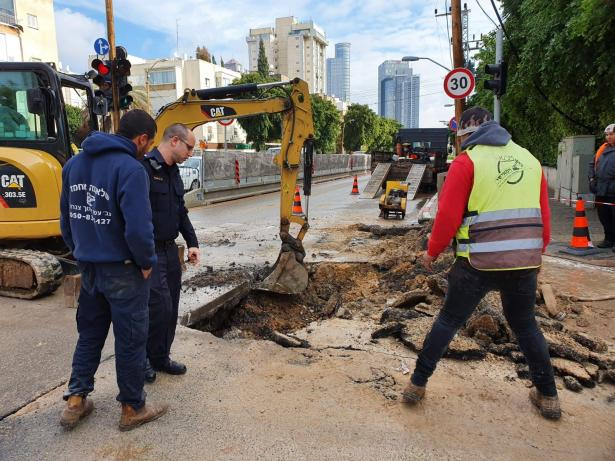 شاهد:  انهيار ارضية شارع في تل ابيب