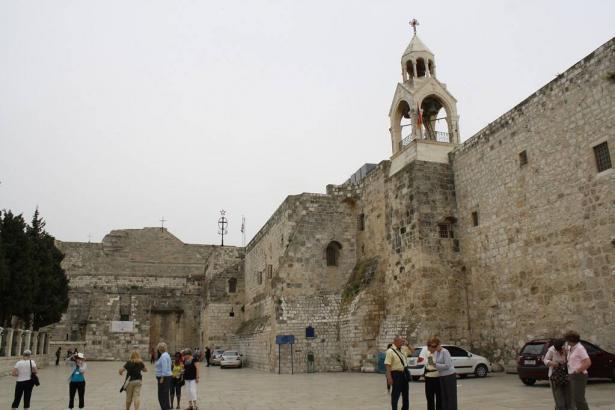 الأب ابراهيم الشوملي يعقب بحديثه مع الشمس على قرار اغلاق الكنائس في بيت لحم واريحا