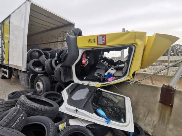 شاهد: حادث طرق بين شاحنة ومركبة عند مفرق