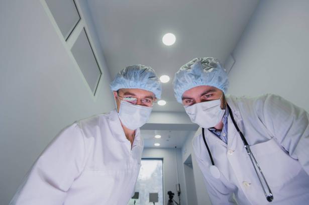 د.زاهي سعيد للشمس: التزام المنازل كفيل باحتواء المرض ونتوقع وجود آلاف المرضى لم يُشخصوا