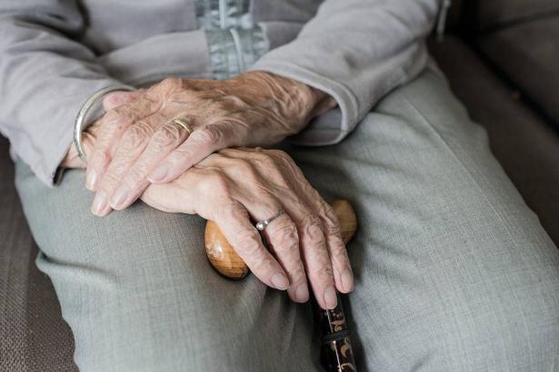 المسنون..الشريحة الأكثر تأثرًا وعرضة للمخاطر بسبب الكورونا واجراءات المكافحة