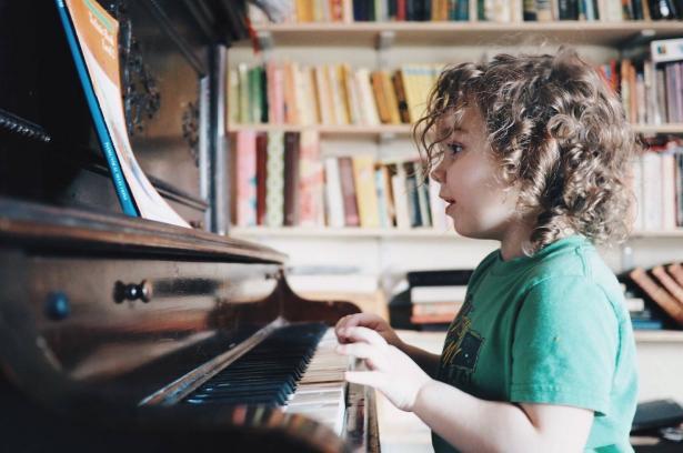 كيف تساعد الموسيقى في تأهيل الأطفال المصابين بالتوحد؟