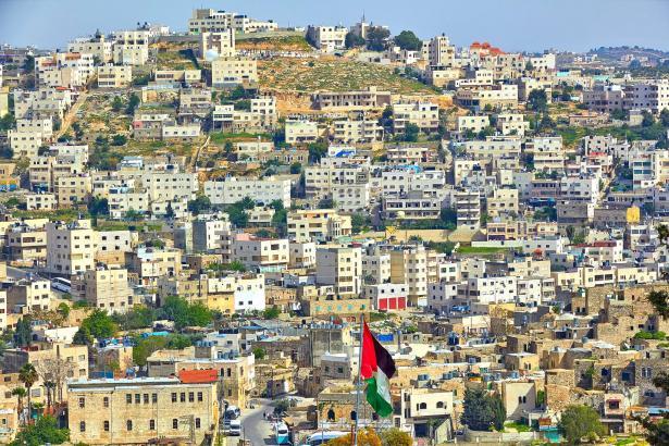 الخليل أكثر البلدات الفلسطينية تعرضًا للكورونا ووفاة شخص مصاب