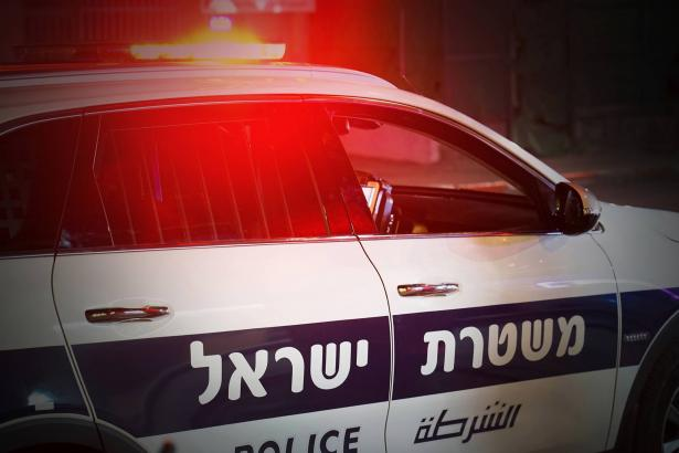الطيرة: الشرطة تستنفر في المدينة وتنشر الحواجز بعد إصابة شرطيان في تبادل لاطلاق النار