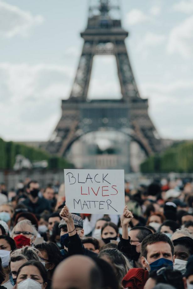 الاف الفرنسيين  يتظاهرون ضد العنصرية وتضامنا مع قضية جورج فلويد
