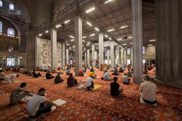 حول قرار تقييد عدد المصلين بدور العبادة حتى 50 وإشكاليات تطبيقه