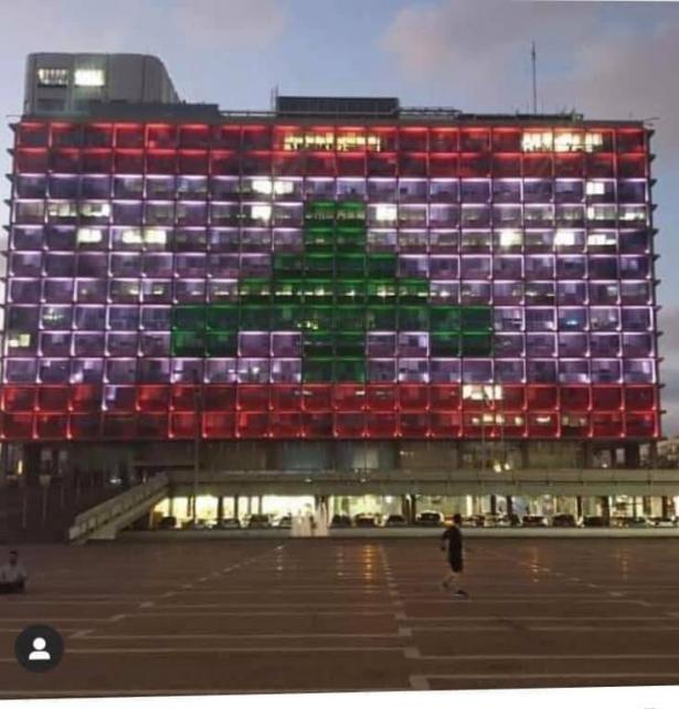 إضاءة مبنى بلدية تل ابيب بالعلم اللبناني تضامنا مع الشعب اللبناني