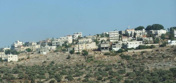 الضفة الغربيّة: إصابة شبان برصاص الجيش الإسرائيلي خلال مواجهات في قرية دير أبو مشعل