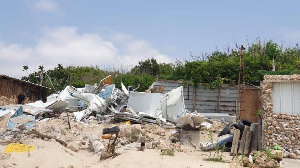 هدم كوخ في قرية الصيادين على شاطئ بلدة جسر الزرقاء وسط حماية الشرطة