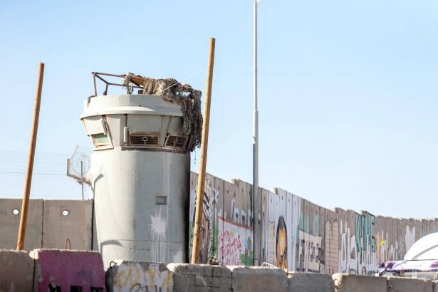 حراس معبر قلنديا يطلقون النار على فلسطيني أصم