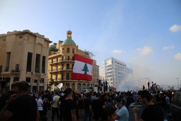لبنان: مقتل عنصر أمني وإصابة عشرات المتظاهرين في مواجهات بين الامن والمحتجين