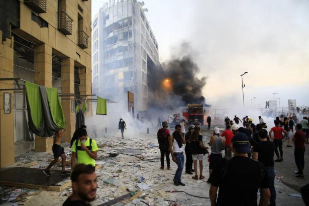 اشتباكات بين قوات الأمن ومئات المحتجين بوسط العاصمة اللبنانية بيروت