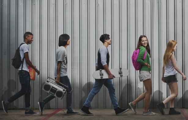 ظاهرة تقليد الغرب وتأثيرها على جيل الشباب