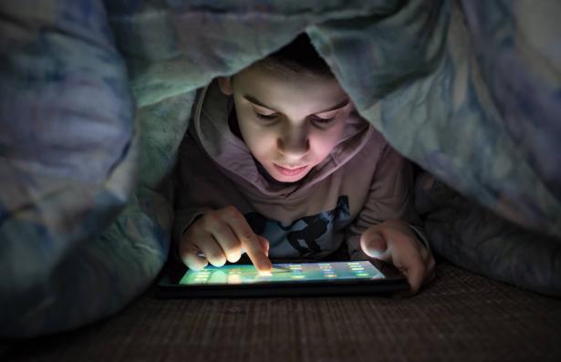 أهمية تعليم الأطفال أساسيات الحماية من الابتزاز الالكتروني