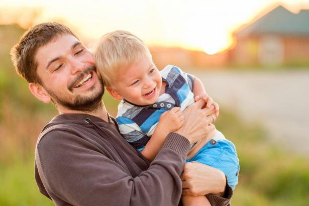 ما هو دور الأب في تربية الطفل؟ وكيف يؤثر على تطوره؟