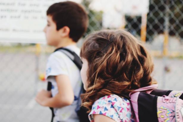 عدم افتتاح المدارس في البلدات الحمراء: كيف يؤثر على الأطفال نفسيًا؟