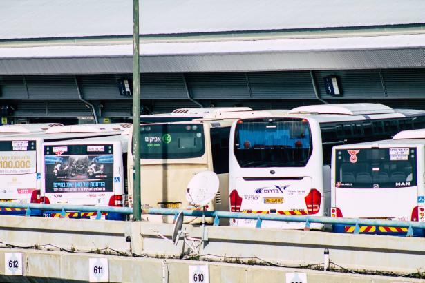 سائقو الباصات يستعدون للاغلاق ويطالبون بمراقبين لتطبيق التعليمات