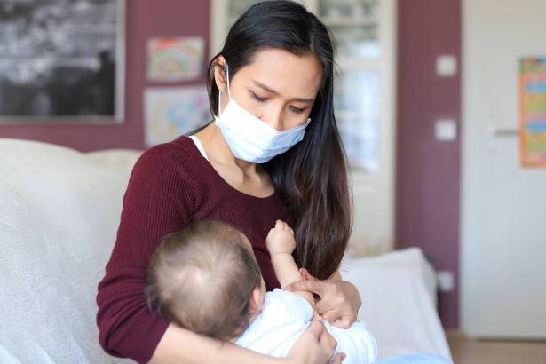 هل ينتقل الفيروس عن طريق الرضاعة من الأم لطفلها؟