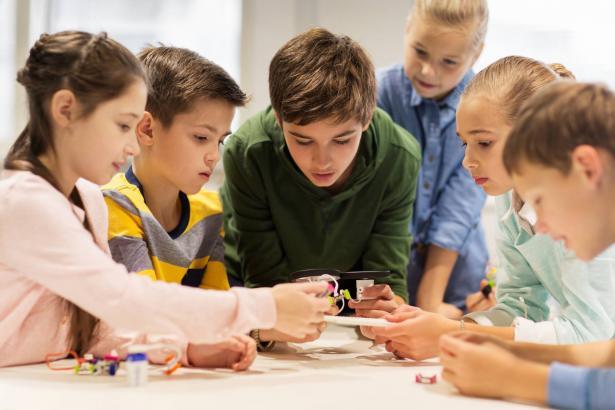 المدارس البديلة وأساليب التعليم المغايرة: كيف تؤثر على شخصية الطالب وتحصيله العلمي؟