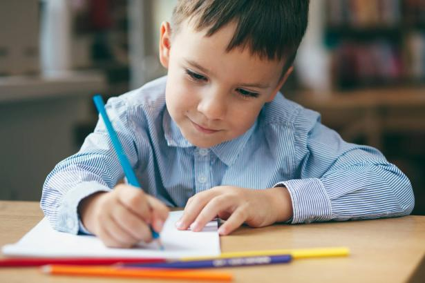 فوائد الكتابة باليد للأطفال مقابل الكتابة باستخدام الكمبيوتر