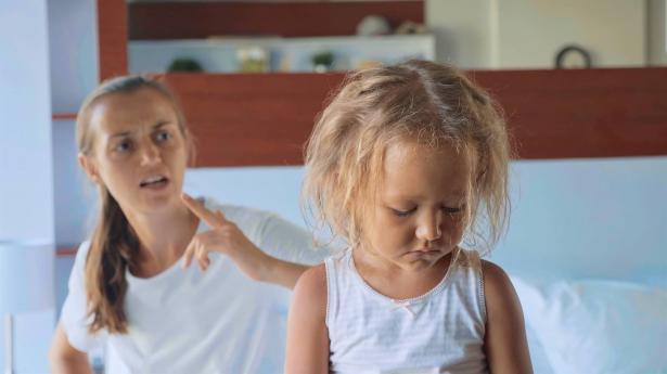 كيف تؤثر عصبية الأم على الأطفال؟
