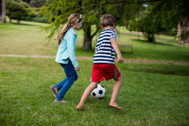 كيف نتعامل مع مشاعر الحب عند الأطفال؟