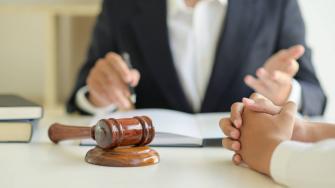 المراقبون الداخليون والمحامون في السلطات المحلية يواجهون ضغوطات كبيرة