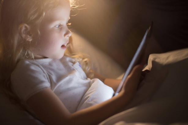 كيف يمكننا أن نحدد وقت الشاشة للطفل؟