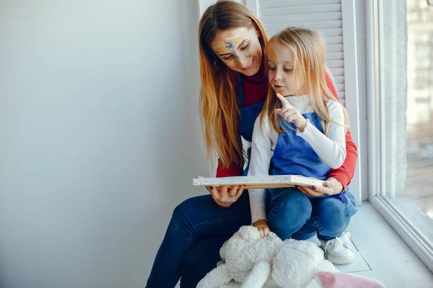 بين الخصوصية والسلامة: كيف تتحدثين مع طفلك عن الأسرار؟