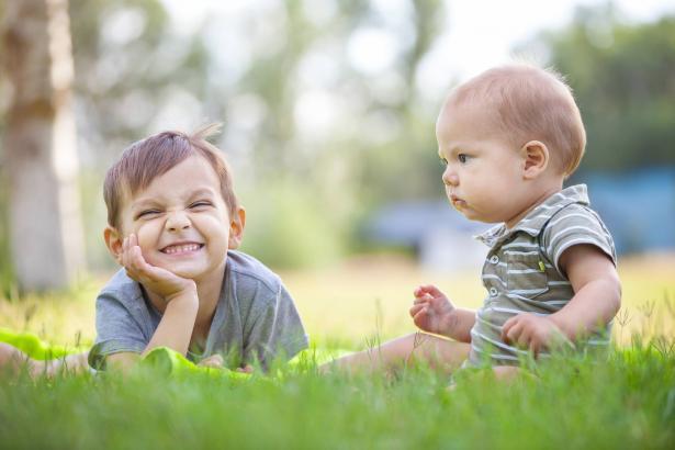 تأثير التمييز على العلاقة بين الأخوة