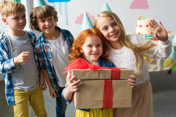 هل يجب احضار هدايا لأشقاء صاحب عيد الميلاد أيضًا؟