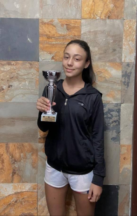 البطلة كريمان محمود بقاعي (13 عاما)  تحصل على المرتبة الثانية في بطولة التنس لجيل 16